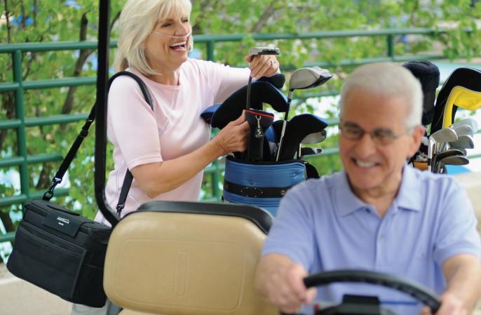 Starsza para grająca w golfa, używająca koncentratora