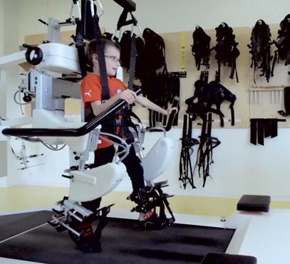 chłopiec ćwiczący na robocie Lokomat