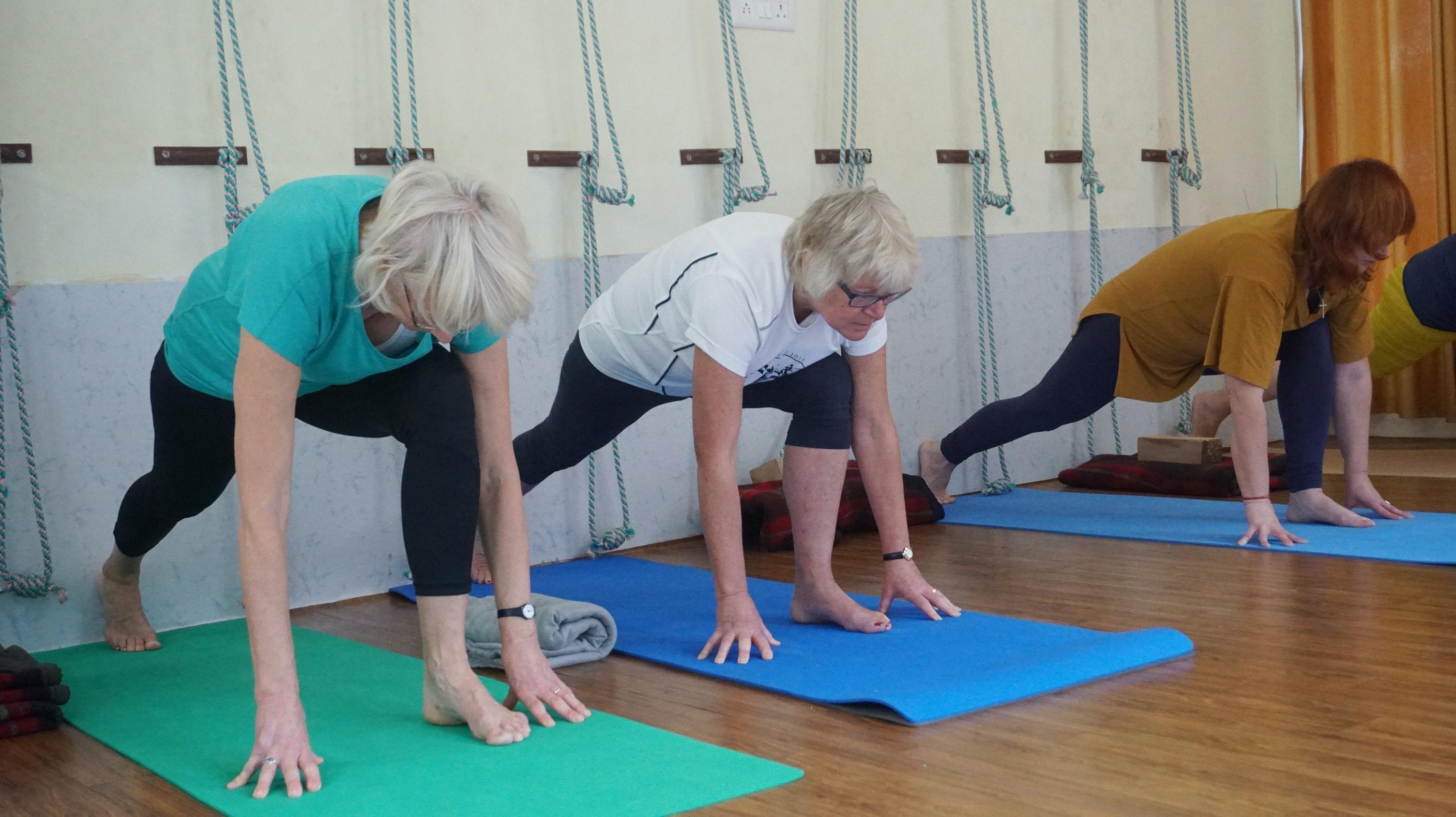 ćwiczące na matach starsze osoby